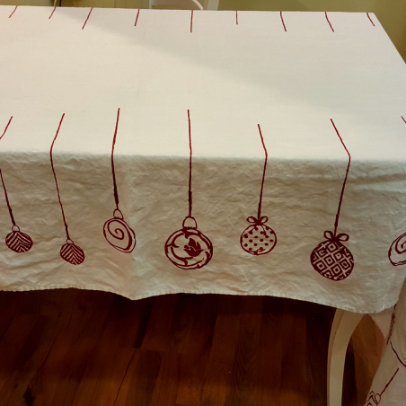 Christmas tablecloth in linen and napkins with Christmas balls