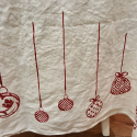 Christmas tablecloth in linen with Christmas balls