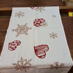Table runner with flakes and hearts in pure linen