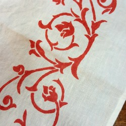 Table runner in table linen with bud design