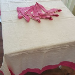 Fuxia color painted tablecloth with 6 crumpled natural linen napkins 145x200 cm