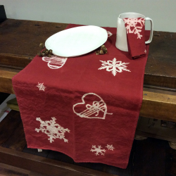 Christmas table runner in pure linen, bows and hearts