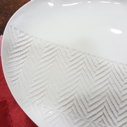Oval plate in white porcelain chevron imprint