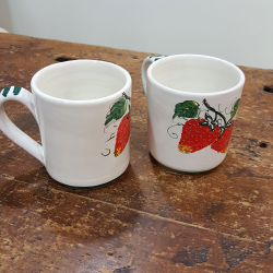 Mug in ceramic decorated strawberries